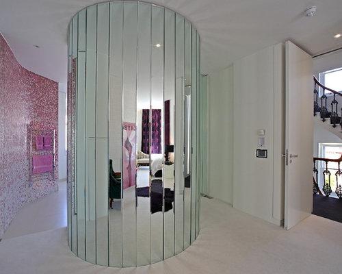 Stanza da bagno con piastrelle rosa e piastrelle a mosaico foto