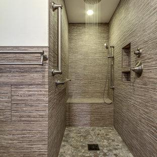 Kleines Rustikales Duschbad mit beigefarbenen Fliesen, beiger Wandfarbe, integriertem Waschbecken, profilierten Schrankfronten, dunklen Holzschränken, offener Dusche, Wandtoilette mit Spülkasten, Steinfliesen, Porzellan-Bodenfliesen und Mineralwerkstoff-Waschtisch in New York