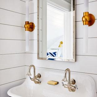 Maritim inredning av ett badrum