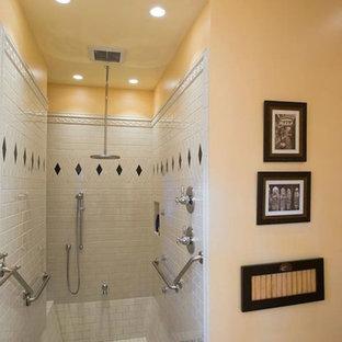 他の地域の中くらいのトラディショナルスタイルのおしゃれなマスターバスルーム (アルコーブ型シャワー、黒いタイル、モノトーンのタイル、白いタイル、磁器タイル、黄色い壁、無垢フローリング、茶色い床、オープンシャワー、レイズドパネル扉のキャビネット、白いキャビネット、分離型トイレ、アンダーカウンター洗面器、クオーツストーンの洗面台) の写真