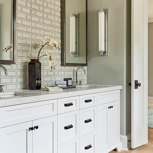 Immagine di una stanza da bagno padronale tradizionale con ante in stile shaker, ante bianche, pareti grigie, parquet chiaro, lavabo sottopiano, top grigio e piastrelle in metallo