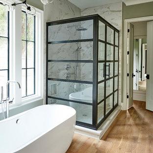 Immagine di una stanza da bagno padronale tradizionale con vasca freestanding, piastrelle multicolore, lastra di pietra, pareti grigie e parquet chiaro