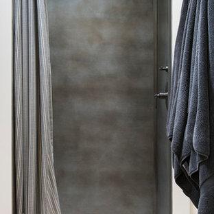 Свежая идея для дизайна: маленькая ванная комната в стиле кантри с открытым душем, серой плиткой, металлической плиткой, бежевыми стенами, душевой кабиной, разноцветным полом и шторкой для душа - отличное фото интерьера