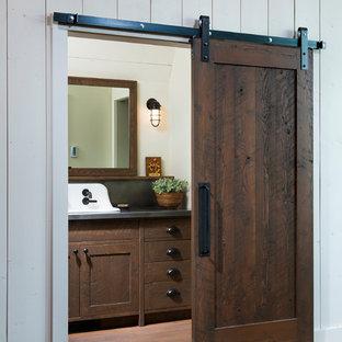 Immagine di una grande stanza da bagno country con ante in stile shaker, ante in legno scuro, pareti beige, parquet chiaro, lavabo rettangolare e top in zinco