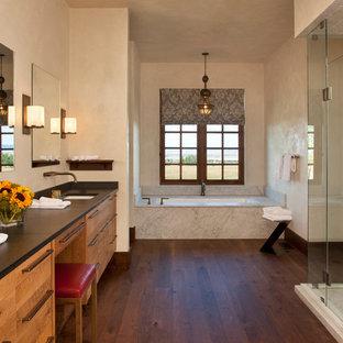 Immagine di una grande stanza da bagno padronale stile americano con lavabo sottopiano, ante lisce, ante in legno chiaro, top in quarzite, vasca da incasso, doccia aperta, piastrelle bianche, piastrelle in ceramica, pareti beige e pavimento in legno massello medio