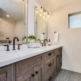 Неиссякаемый источник вдохновения для домашнего уюта: главная ванная комната среднего размера в стиле кантри с фасадами с утопленной филенкой, коричневыми фасадами, душем в нише, керамической плиткой, полом из винила, врезной раковиной, столешницей из гранита, душем с раздвижными дверями и белой столешницей