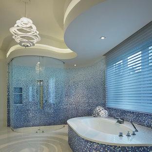 Immagine di una stanza da bagno design con vasca sottopiano, doccia a filo pavimento, piastrelle blu e piastrelle a mosaico