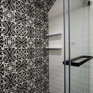 Réalisation d'une petit douche en alcôve design pour enfant avec un placard en trompe-l'oeil, des portes de placard en bois clair, un urinoir, un carrelage noir et blanc, des carreaux de céramique, un mur gris, un sol en carrelage de porcelaine, un lavabo intégré, un plan de toilette en surface solide, un sol noir, une cabine de douche à porte coulissante et un plan de toilette blanc.