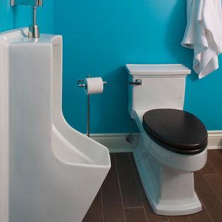 Imagen de cuarto de baño moderno con lavabo con pedestal, ducha abierta, urinario, baldosas y/o azulejos marrones, baldosas y/o azulejos de porcelana, paredes azules y suelo de baldosas de porcelana