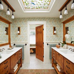 Foto di una stanza da bagno padronale chic con ante in legno scuro, lavabo sottopiano, piastrelle bianche, piastrelle in pietra, pareti verdi e pavimento in marmo