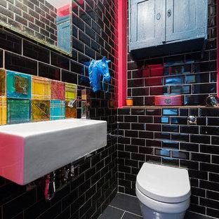 Immagine di una piccola stanza da bagno eclettica con WC sospeso, piastrelle nere, pareti nere, pavimento con piastrelle in ceramica, pavimento grigio, piastrelle diamantate e lavabo sospeso