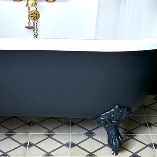 Свежая идея для дизайна: маленькая детская ванная комната в классическом стиле с фасадами островного типа, искусственно-состаренными фасадами, ванной на ножках, душем над ванной, раздельным унитазом, разноцветными стенами, полом из цементной плитки, раковиной с несколькими смесителями, разноцветным полом и шторкой для душа - отличное фото интерьера