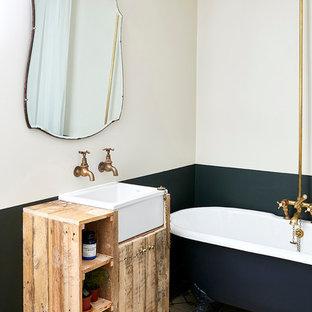 Идея дизайна: маленькая детская ванная комната в классическом стиле с фасадами островного типа, искусственно-состаренными фасадами, ванной на ножках, душем над ванной, разноцветными стенами, полом из цементной плитки, раковиной с несколькими смесителями, разноцветным полом, шторкой для ванной, столешницей из дерева и коричневой столешницей