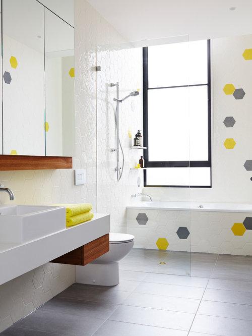 Salle de bain avec une baignoire pos e et une douche l - Salle de bain bleu et jaune ...