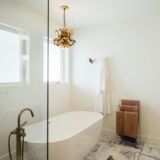 Modelo de cuarto de baño principal, ecléctico, grande, con armarios tipo mueble, puertas de armario de madera en tonos medios, bañera exenta, ducha esquinera, baldosas y/o azulejos grises, baldosas y/o azulejos de mármol, paredes blancas, suelo de mármol, lavabo sobreencimera y ducha con puerta con bisagras