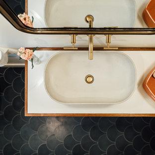 Foto på ett mellanstort eklektiskt badrum för barn, med möbel-liknande, skåp i mörkt trä, en dusch/badkar-kombination, vit kakel, keramikplattor, vita väggar, cementgolv, ett fristående handfat, bänkskiva i akrylsten, svart golv och dusch med duschdraperi