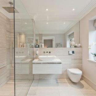 Bild på ett funkis badrum, med en kantlös dusch, en vägghängd toalettstol och ett fristående handfat