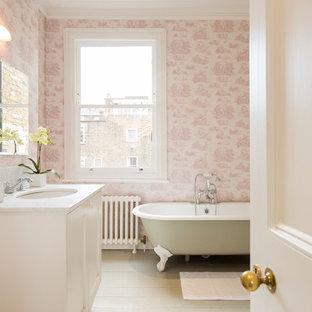 Idee per una stanza da bagno classica con ante in stile shaker, ante bianche, vasca con piedi a zampa di leone, piastrelle rosa, pareti rosa, parquet chiaro, lavabo sottopiano e pavimento bianco