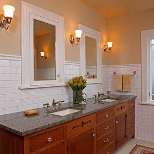 Foto di una stanza da bagno padronale stile americano con lavabo sottopiano, ante con riquadro incassato, ante in legno bruno, piastrelle bianche, piastrelle diamantate, pareti gialle e pavimento con piastrelle a mosaico