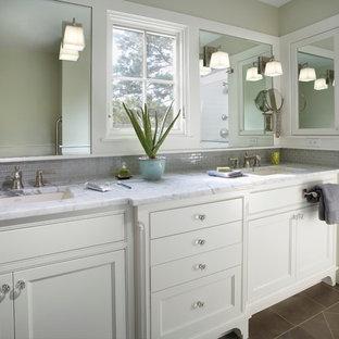 Foto di una stanza da bagno padronale tradizionale di medie dimensioni con lavabo sottopiano, ante bianche, top in marmo, doccia alcova, piastrelle grigie, piastrelle di vetro e pavimento in gres porcellanato