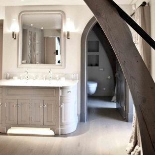 Esempio di un'ampia stanza da bagno padronale boho chic con ante con riquadro incassato, ante grigie e top in marmo