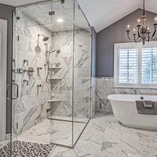 Esempio di una grande stanza da bagno padronale classica con vasca freestanding, doccia a filo pavimento, piastrelle bianche, piastrelle in pietra, pareti grigie e pavimento in marmo