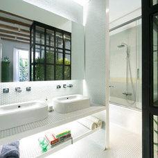 Modern Bathroom by Egue y seta