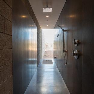 Esempio di una stanza da bagno padronale minimalista di medie dimensioni con vasca sottopiano, doccia aperta, WC monopezzo, piastrelle grigie, pareti grigie, pavimento in cemento, top in cemento e lastra di pietra