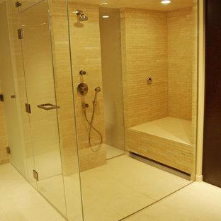 Idee per un'ampia stanza da bagno padronale contemporanea con doccia a filo pavimento, piastrelle beige, piastrelle in pietra e pavimento in pietra calcarea