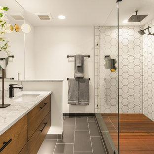 Ejemplo de cuarto de baño principal, contemporáneo, con puertas de armario de madera oscura, baldosas y/o azulejos blancos, baldosas y/o azulejos de cerámica, encimera de granito, ducha con puerta con bisagras, encimeras grises, armarios con paneles lisos, ducha doble, paredes blancas, lavabo bajoencimera y suelo gris