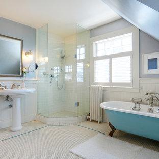 Foto di una stanza da bagno tradizionale con vasca con piedi a zampa di leone e lavabo a colonna