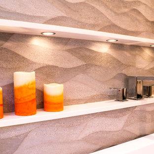 Immagine di una stanza da bagno contemporanea con WC sospeso