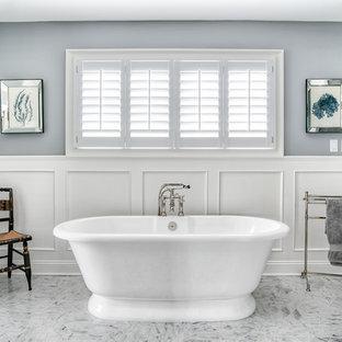 Imagen de cuarto de baño principal, clásico, grande, con bañera exenta, paredes grises, suelo de mármol, baldosas y/o azulejos grises, baldosas y/o azulejos de cemento y suelo gris