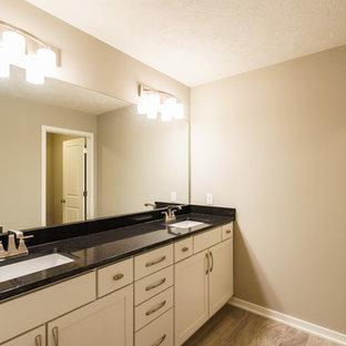 Immagine di una sauna minimalista di medie dimensioni con ante in stile shaker, ante grigie, vasca/doccia, WC a due pezzi, pareti grigie, pavimento con piastrelle in ceramica, lavabo sottopiano, top in quarzo composito, pavimento grigio e doccia con tenda