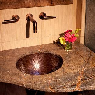 Kleines Shabby-Look Duschbad mit Schrankfronten mit vertiefter Füllung, dunklen Holzschränken, Duschnische, Wandtoilette mit Spülkasten, beigefarbenen Fliesen, Keramikfliesen, beiger Wandfarbe, Keramikboden, Unterbauwaschbecken und Granit-Waschbecken/Waschtisch in Albuquerque