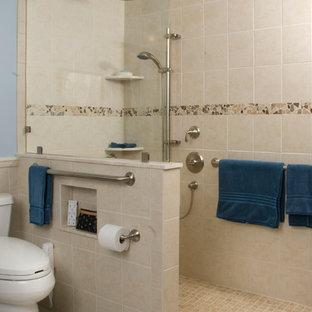 Diseño de cuarto de baño con ducha, tradicional, de tamaño medio, con sanitario de una pieza, paredes azules, suelo de baldosas de cerámica, ducha a ras de suelo, baldosas y/o azulejos beige, baldosas y/o azulejos negros, baldosas y/o azulejos grises y suelo de baldosas tipo guijarro