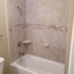Salle de bain avec une baignoire en alcôve et un carrelage rose ...