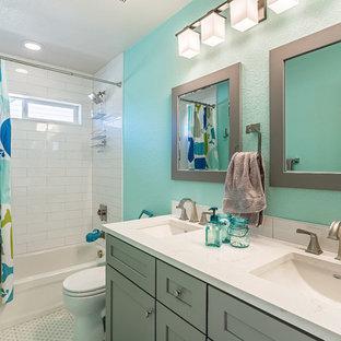 Idéer för stora maritima badrum, med skåp i shakerstil, grå skåp, mellanmörkt trägolv och brunt golv