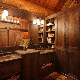 Свежая идея для дизайна: ванная комната в стиле рустика с врезной раковиной и темными деревянными фасадами - отличное фото интерьера