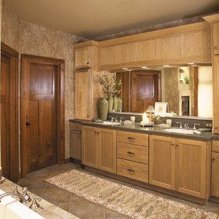 Imagen de cuarto de baño principal, rural, grande, con armarios estilo shaker, puertas de armario de madera clara, bañera encastrada, paredes beige, suelo de travertino, lavabo bajoencimera y encimera de cuarzo compacto