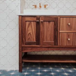 Foto di una stanza da bagno boho chic con piastrelle bianche, piastrelle in ceramica, pareti bianche, pavimento con piastrelle in ceramica, pavimento blu e porta doccia a battente