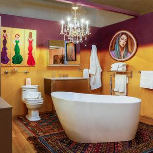 ニューヨークの中くらいのおしゃれなバスルーム (浴槽なし) (フラットパネル扉のキャビネット、ベージュのキャビネット、置き型浴槽、一体型トイレ、茶色いタイル、紫の壁、淡色無垢フローリング、アンダーカウンター洗面器、珪岩の洗面台) の写真