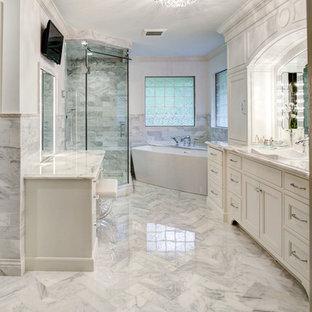 Inspiration för ett stort funkis en-suite badrum, med luckor med profilerade fronter, vita skåp, ett fristående badkar, en hörndusch, grå kakel, vit kakel, marmorkakel, vita väggar, marmorgolv, ett fristående handfat, marmorbänkskiva, grått golv och dusch med gångjärnsdörr