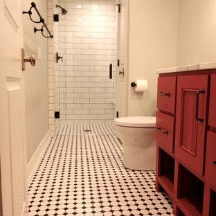 Diseño de cuarto de baño con ducha, tradicional renovado, pequeño, con puertas de armario rojas, ducha empotrada, baldosas y/o azulejos blancas y negros, baldosas y/o azulejos de cemento, paredes grises, suelo de baldosas de cerámica, lavabo encastrado y encimera de cuarzo compacto
