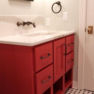 Kleines Klassisches Duschbad mit roten Schränken, Duschnische, schwarz-weißen Fliesen, Metrofliesen, grauer Wandfarbe, Keramikboden, Einbauwaschbecken und Quarzwerkstein-Waschtisch in Omaha