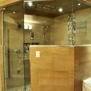 Ispirazione per una grande stanza da bagno padronale minimal con doccia alcova e piastrelle di ciottoli