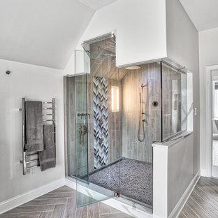 Klassisk inredning av ett mycket stort vit vitt en-suite badrum, med skåp i shakerstil, skåp i mörkt trä, ett fristående badkar, en dusch i en alkov, grå kakel, glaskakel, beige väggar, ett undermonterad handfat, bänkskiva i kvarts och dusch med gångjärnsdörr