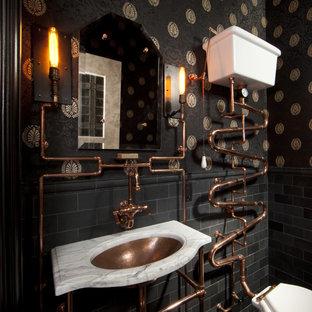 Cette image montre une salle de bain victorienne avec un carrelage métro.