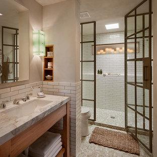 На фото: большие ванные комнаты в стиле рустика с душем в нише, раздельным унитазом, белой плиткой, плиткой кабанчик, бежевыми стенами, душевой кабиной, врезной раковиной, столешницей из кварцита, бежевым полом, душем с распашными дверями и белой столешницей