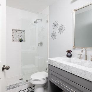 Immagine di una stanza da bagno tradizionale con ante in stile shaker, ante grigie, doccia alcova, piastrelle bianche, pareti bianche, lavabo integrato, pavimento multicolore, doccia aperta, top bianco, nicchia, un lavabo e mobile bagno freestanding